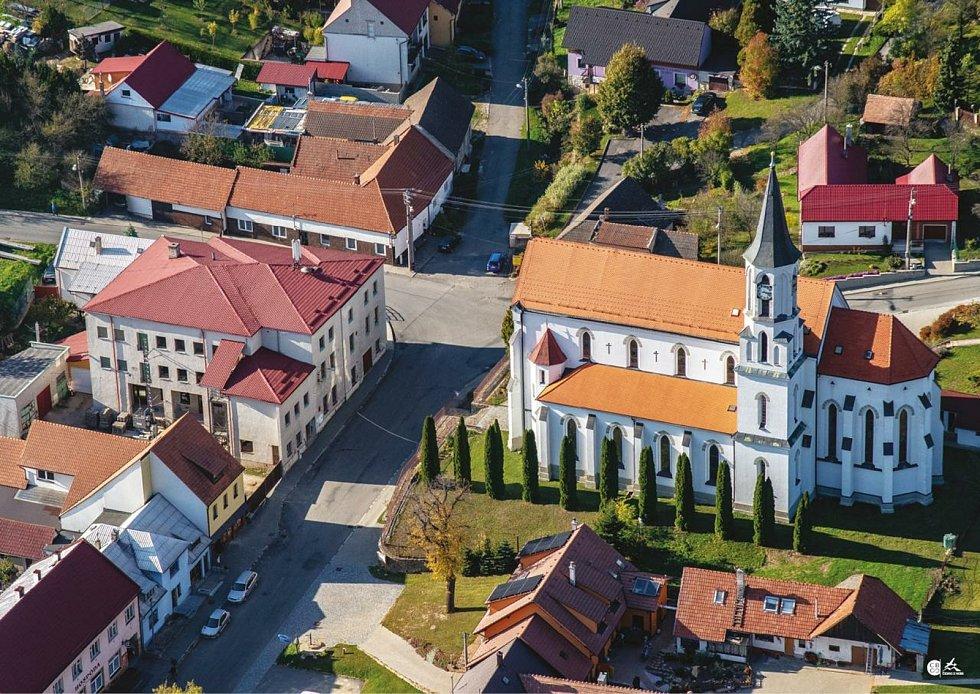 Prohlídka Březové, vesnice pod Velkým Lopeníkem na moravsko-slovenském pomezí. Kostel