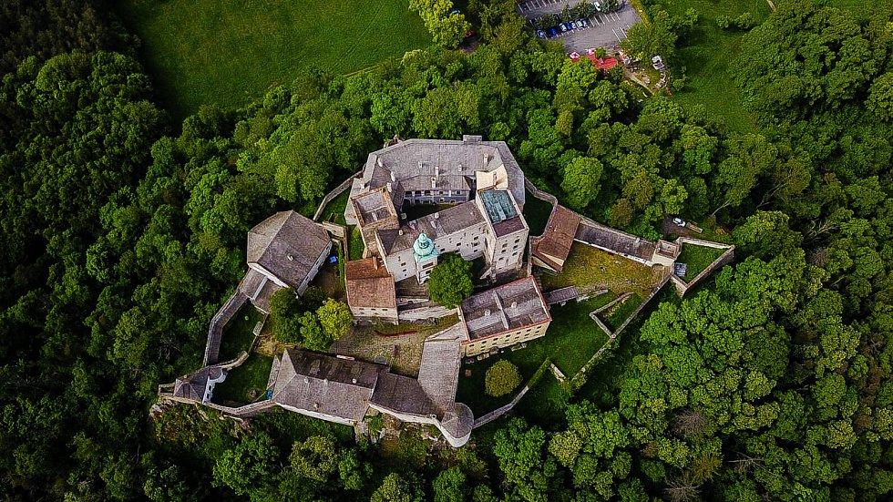Buchlov (německy Buchlau) je královský hrad stojící na stejnojmenném kopci v Chřibech nad Buchlovicemi.