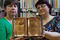 Programy pro děti a o knihy pro ně se starají dvě knihovnice, Mirka Čápová a Hana Hanáčková.