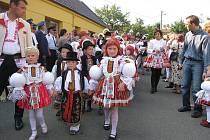 Ve Vážanech se hodů zúčastnilo přes sedmdesát krojovaných.