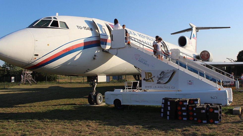 Naganský expres, tedy letadlo, které dopravilo vítězný hokejový tým z olympijského Nagana