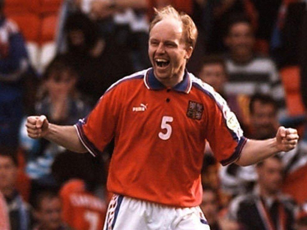 Takhle se Miroslav Kadlec radoval na Euru 1996, nakonec ale ve finále smutnil. Za národní tým odehrál celkem 64 zápasů a vstřelil dvě branky.