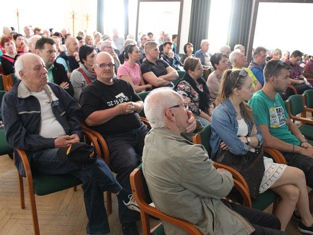 O debatu byl velký zájem, obyvatelé Tůní v Uherském Hradišti zcela zaplnili komorní sál Reduty.
