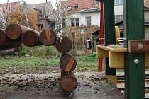 Z některých prvků rozestavěného hřiště už vandal zcizil spojovací šrouby.