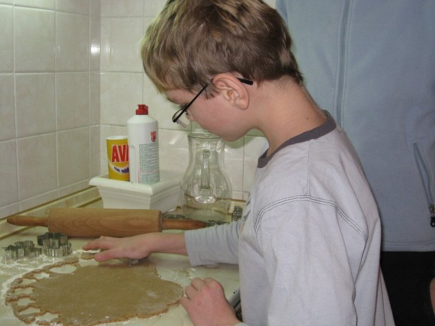 Děti z hradišťského dětského domova se už pustili do pečení perníčků.
