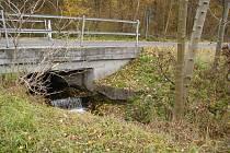 Provoz mostu v kostelanech ohrožuje, mimo jiné, prasklá pravobřežní opěra. Stávající stavbu nahradí zcela nová spojnice