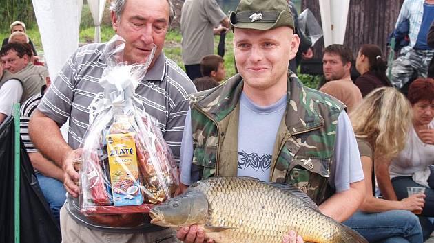 Rybářské závody na staroměstském Čerťáku.Radim Rosůlek (vpravo) vítěz sošky Čochtana, nejtěžší kapr 5,77 kg.