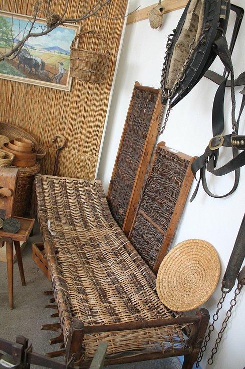 Otevření památných domků na Slovácku 27. - 28.6. 2020.Muzeum Huštěnovice. Praščák. Lehké lehátko, snadno přenositelné sloužilo například při hlídání sadů. Název odvozený od zvuku, které vydávalo při použití.