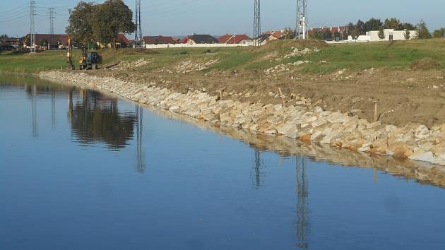 Odstraňování škod po povodni na řece Moravě.