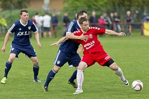 Čtyřiatřicetiletý Bronislav Šálek (na snímku v červeném dresu) povede v nové sezoně fotbalisty Uherského Ostrohu.