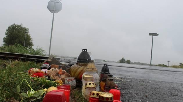Na místě železniční tragedie v Ostrožské Nové Vsi - Chylicích z pátku 14. srpna, vzniklo v následujících dnech pietní místo.