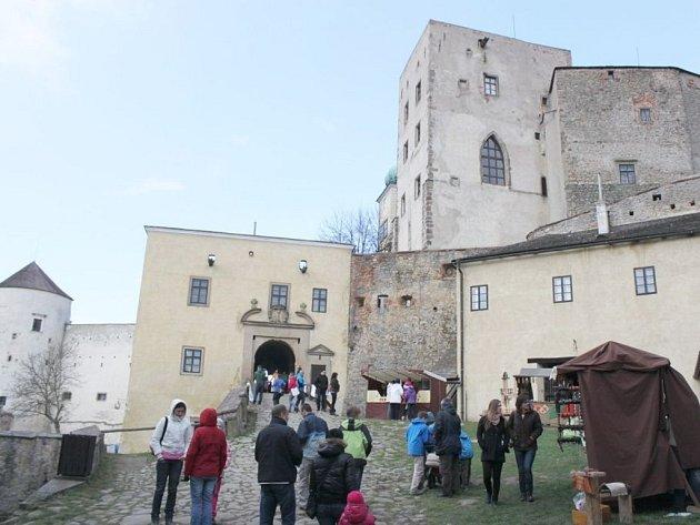 Brána Buchlova byla o Velikonocích otevřena dokořán. Na nádvoří vládl čilý ruch.