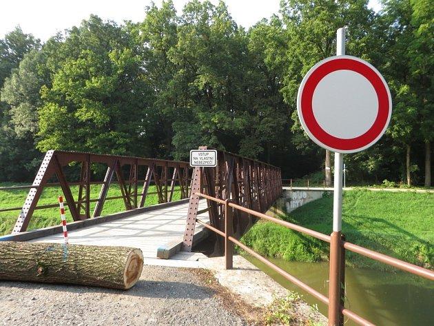 Uzavírka téměř čtyř metrů širokého přejezdu přes Olšavu komplikuje provoz hospůdky U komára, která je od mostu vzdálená asi půl kilometru proti proudu řeky.