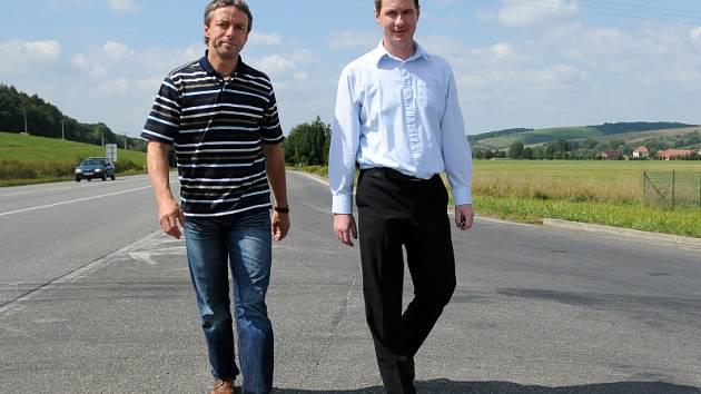 Úderem včerejšího poledne vyrazili Petr Gazdík s Pavlem Bémem do hlavního města. Redaktoři Deníku je zastihli na jejich poslední zastávce na Slovácku. Ta byla na drslavické čerpací stanici.