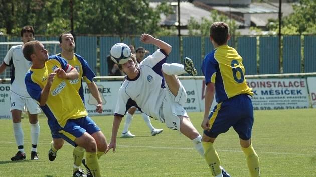 Milan Kerbr právě střílí vítězný gól juniorky Slovácka.