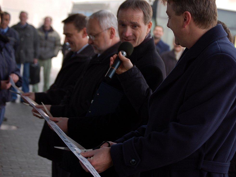 Budovu slavnostně otevřeli zástupci ČSAD a investora stavby.