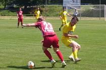 Fotbalisté divizního Strání (žluté dresy) zvítězili na hřišti v Kvasicích 4:2.