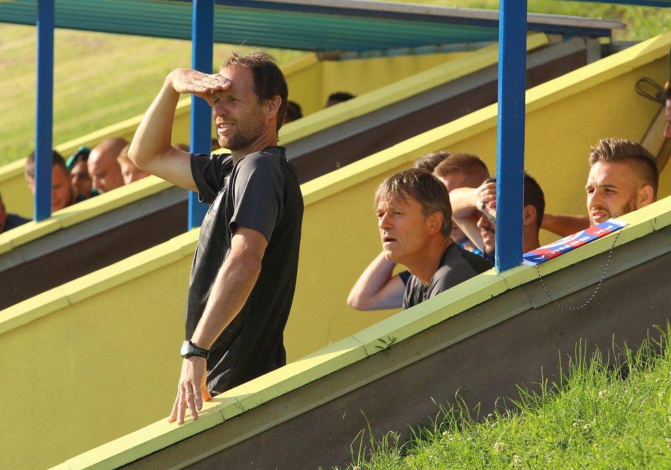 Fotbalisté Slovácka (modré dresy) v předposledním přípravném zápase podlehli na hřišti Strání slovenské Senici 1:2. Na snímku Michal Šmarda.