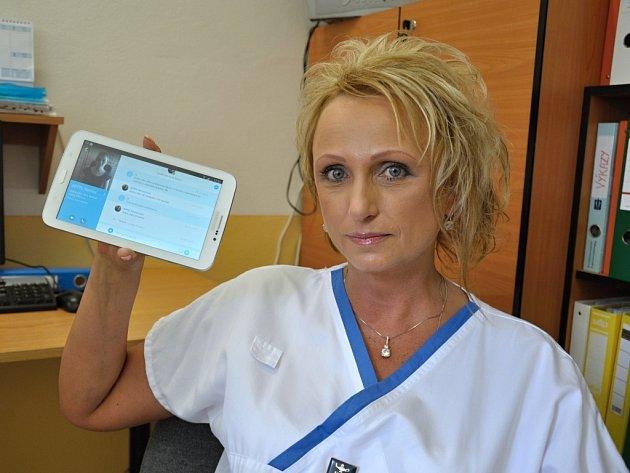 Nový tablet má personálu Uherskohradišťské nemocnice napomoci v lepší komunikaci s neslyšícími pacienty.