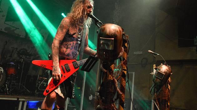Pátek v klubu Mír patřil kapelám Chaos in Head a Doga.