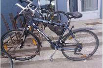 Kradené kolo musela zanechat na policii, kam na něm přijela k výslechu.
