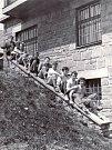 Přátelé u Holubyho chaty na Velké Javořině v roce 1951.