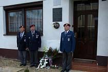 Váleční veteráni u pamětní desky na rodném domku Jana Hrubého.