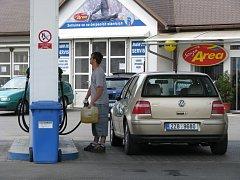 Benzin a nafta jsou stále dražší.