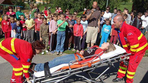 Evakuaci nacvičovali v mateřské a základní škole v Březové.
