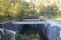 Do několik metrů hluboké betonové pasti není radno spadnout.