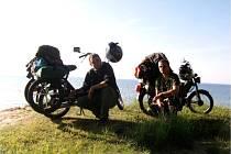 Dva nadšenci z Jarošova jedou na mopedech do Vatikánu.