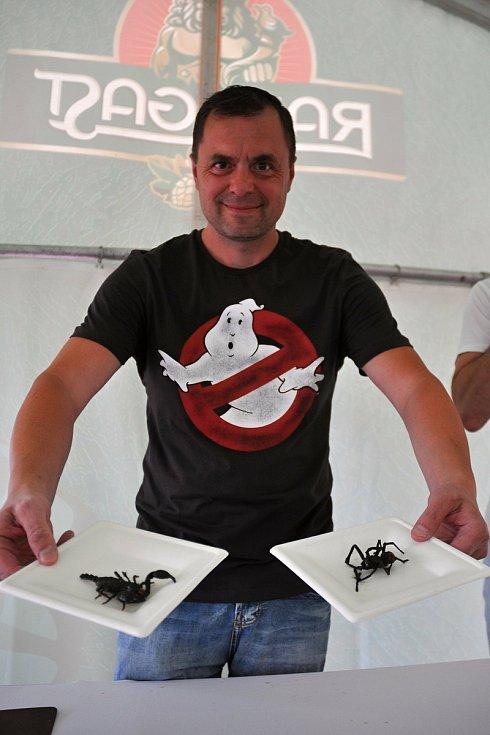 Maxijedlík Jaroslav Němec z Bystrého u Poličky se smaženou tarantulí a smaženým štírem na gastrofestivalu v Kunovicích na Uherskohradišťsku; neděle 9. srpna 2020