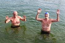 Vpřírodním koupališti na Živé vodě Modrá si plavání v ledové vodě užívali ostřílení otužilci.