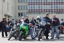 DEBATA. Šéf dopravního inspektorátu Josef Hnilička přivítal na dvoře policejní budovy desítky motorkářů.