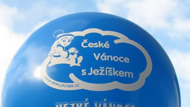 Sto třicet pět tisíc balonků by mělo v úterý odpoledne zaplavit nebe nad Českem.