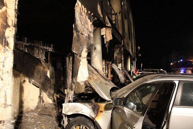 V Uherském Hradišti, poblíž Mariánského náměstí došlo k rozsáhlému požáru obytného domu a k poškození i devíti zaparkovaných osobních aut.