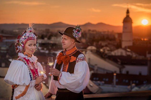 Na Slovácké slavnosti vína a otevřených památek v Uherském Hradišti bude zvát nový plakát.