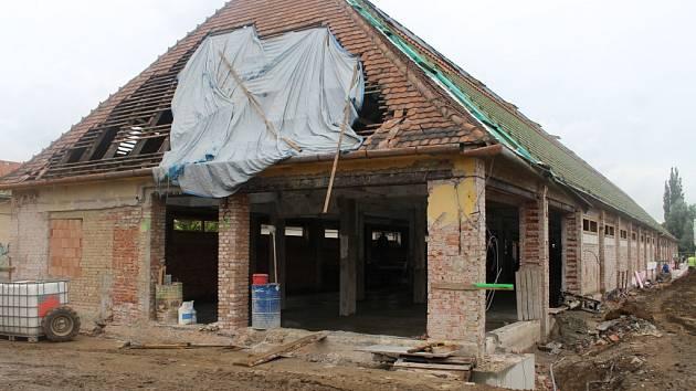 Zájemci o pronájem prodejního místa ve Slovácké tržnici navštívili zatím rozestavěnou budovu.