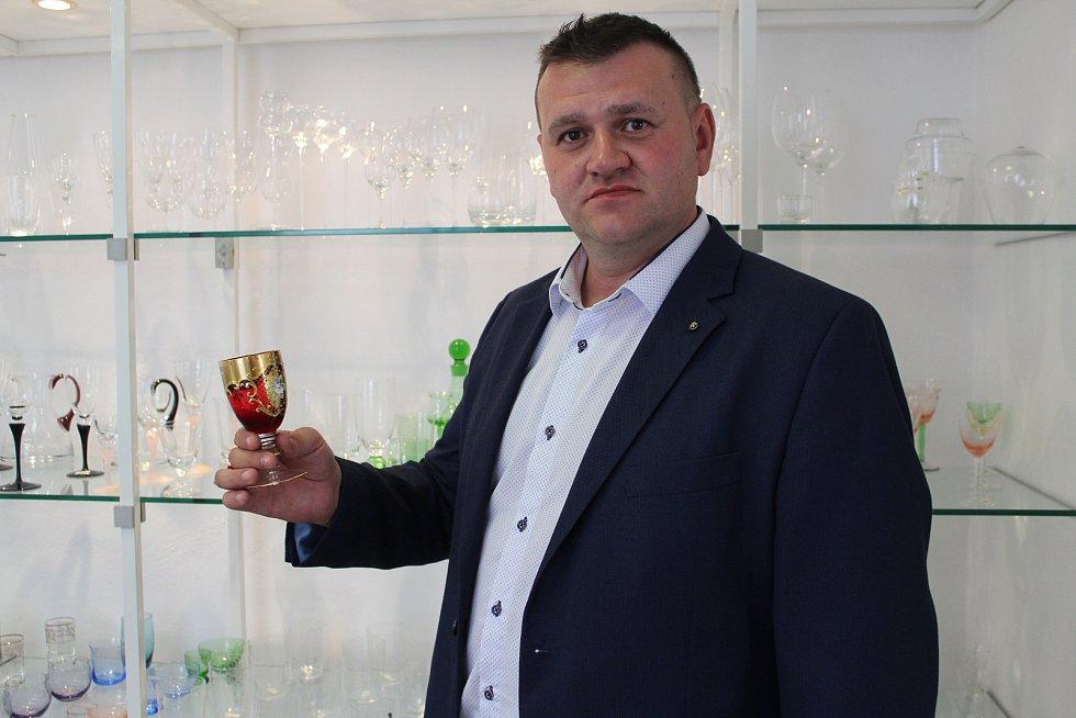 Ředitel skláren v Květné Marek Mikláš.