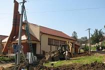 Rozsáhlé úpravy probíhají v těchto dnech kolem stavby kaple Panny Marie Růžencové v Traplicích.
