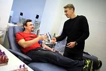 Darování krve s fotbalisty FC Slovácko v Uherskohradišťské nemocnici.Na snímku Petr Reinberk předává vstupenky na zápas Michalu Kohutičovi, který dává svůj 50 odběr krve.
