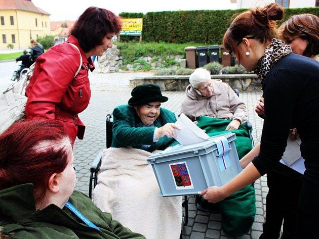 Vozíčkáři z Domova pro osoby se zdravotním postižením Velehrad-Buchlovská volili před obecním úřadem. Vstup do něj totiž není bezbariérový.