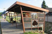 Autobusová zastávka v Jalubí po nájezdu vandalů.