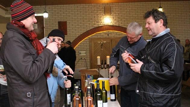 Mladá vína žehnali v Polešovicích na dvoře obecního úřadu.