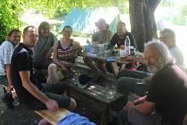 Přírodní rezervace Hutě na Žítkové. Současný tábor Brontosaurů. Odpolední siesta sekáčů trávy.