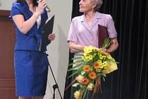 Cenu Vladimíra Boučka letos získala Anna Pohunková (vpravo).