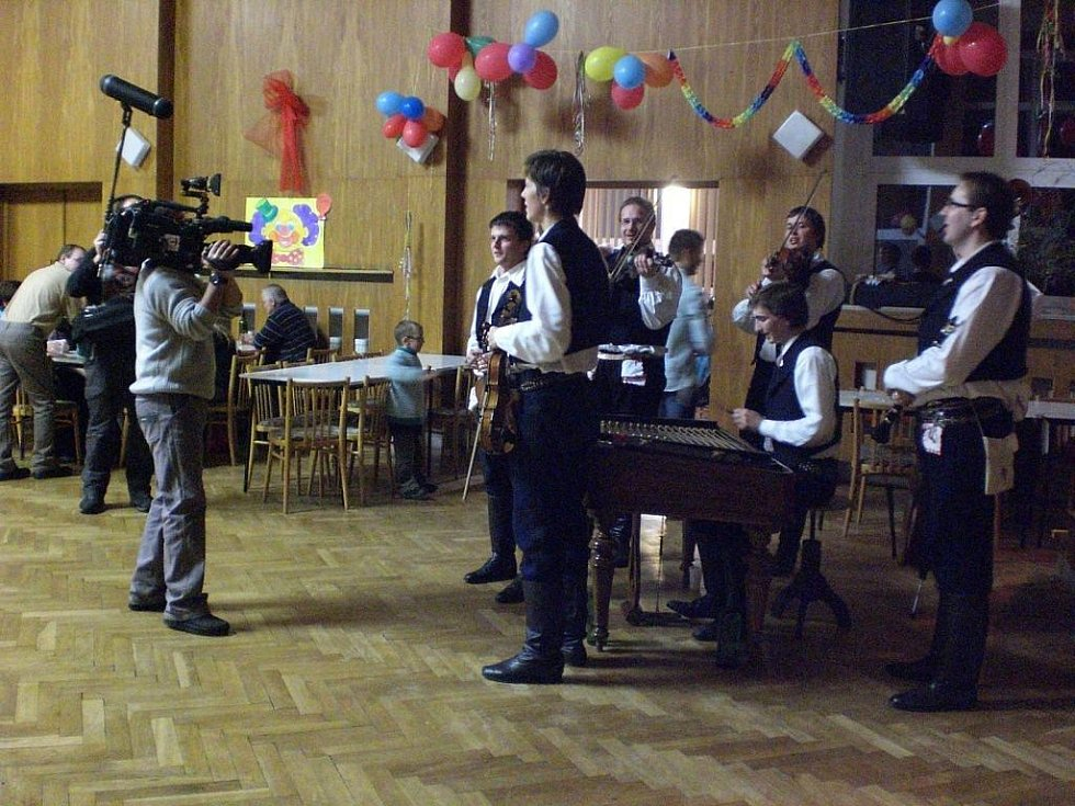 Pochovávání basy v Dolním Němčí natáčela televize.