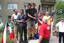 Martin Kratochvíl s Karlem Matušem st. právě přebírají ocenění za vítězství v závodě sajdkár, vpravo se radují v cíli třetí Michal a Pavel Šlezarovi (zleva).