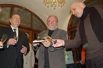 Pohlazením šumivým vínem oficiálně uvítali knihu (zleva) Igor Stancl, Jiří Jilík a Tomáš Ježek.