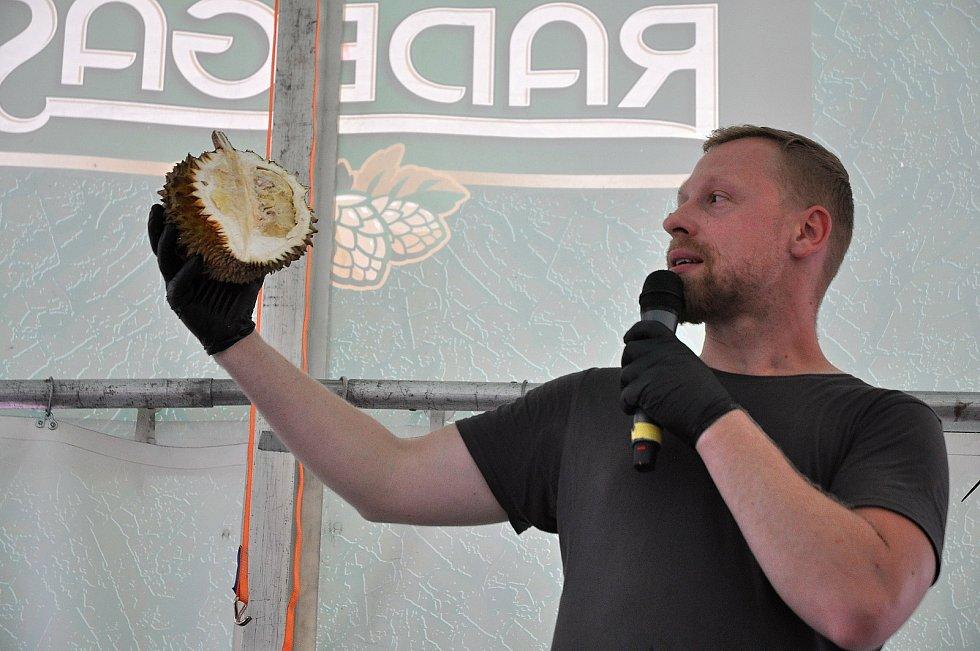 """Cestovatel, kuchař a expert na exotickou kuchyni Milan Václavík představuje na gastrofestivalu v Kunovicích na Uherskohradišťsku durian - """"nejsmradlavější"""" ovoce na světě; neděle 9. srpna 2020"""